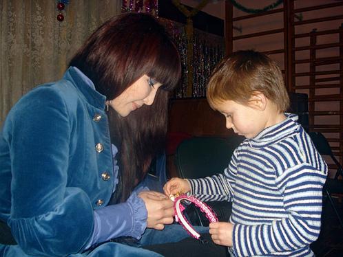 Ассоль учит приютских девочек хорошим манерам, а они ее – делать ободки.